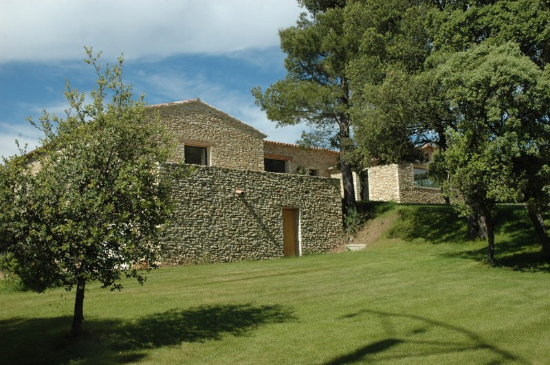 Maison contemporaine dans le luberon architecte pour for Architecte luberon