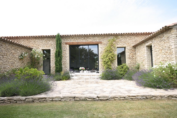Maison contemporaine dans le luberon architecte pour for Photos terrasse maison