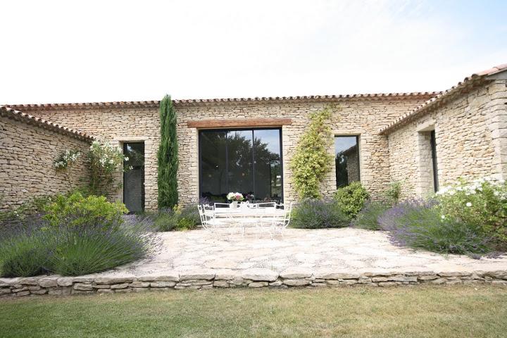 Maison contemporaine dans le luberon architecte pour for Salon ouvert sur terrasse